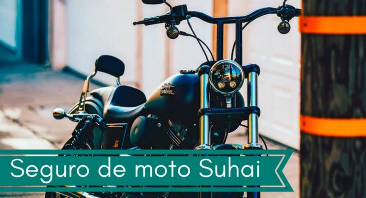 Fotografia de uma Harley Davidson preta com a legenda: seguro de moto Suhai.