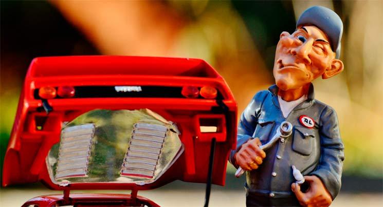 Imagem de uma miniatura de mecânico e carro, para ilustrar a postagem de recalls no Brasil