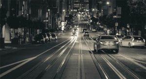 imagem de uma rua a noite para exemplificar a postagem de dirigir a noite