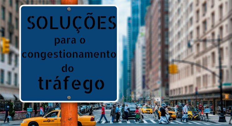 Imagem de uma cidade ao fundo e uma placa no primeiro plano, com as escritas: soluções para o congestionamento do tráfego