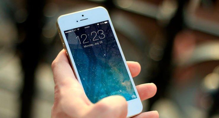imagem de uma tela de celular na mão de uma pessoa