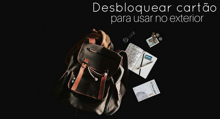 Imagem de uma mochila e cadernos em um fundo preto, com descrição na imagem: desbloquear cartão para usar no exterior