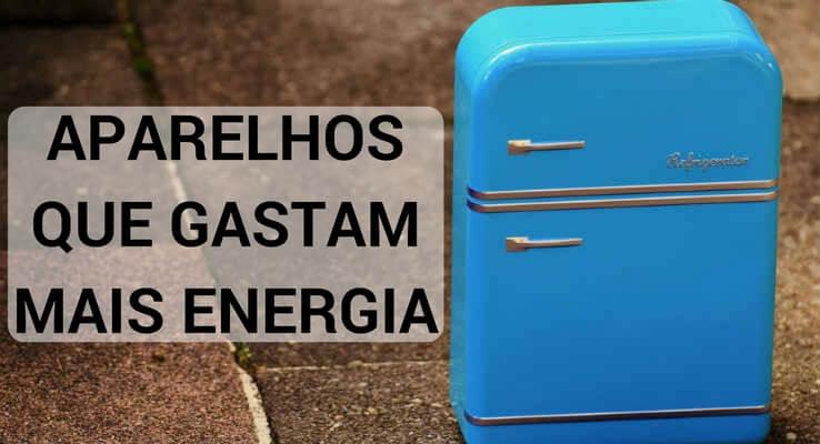 geladeira azul com o escrito: aparelhos que gastam mais energia