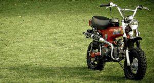 moto vermelha estacionada