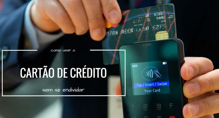 Imagem de uma pessoa passando o cartão de crédito na maquininha com a descrição: como usar cartão de crédito sem se endividar