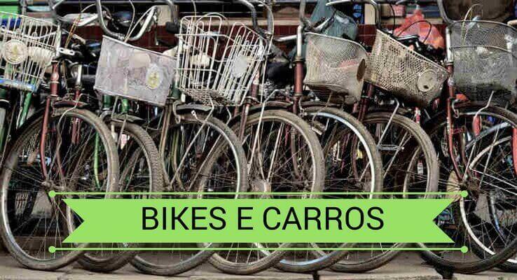 várias bicicletas, uma do lado da outra. Escrito: bikes e carros