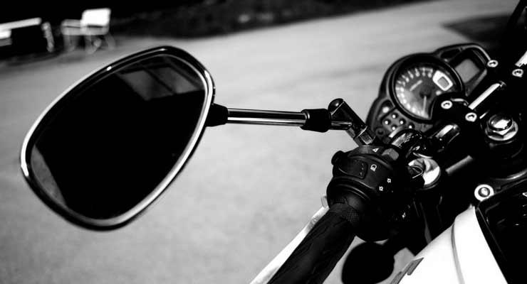 imagem do retrovisor de uma moto. riscos excluídos do seguro moto