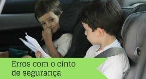 Duas crianças usando o cinto de segurança