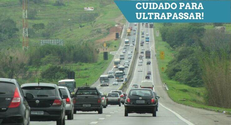 Foto de uma estrada. Escrito: Cuidado para ultrapassar