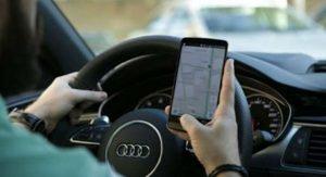 imagem: dirigir com celular na mão