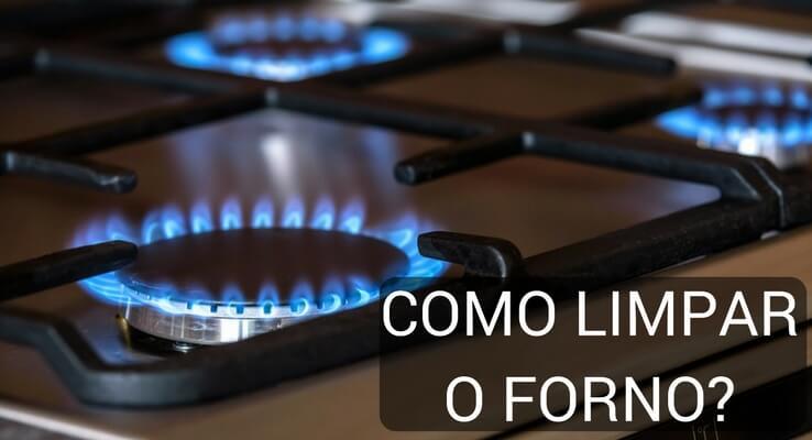 Imagem de fogão aceso. Escrito: como limpar o forno?