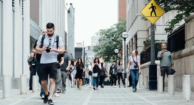Projeto de lei para pedestres. Na foto: pedestres andando na calçada
