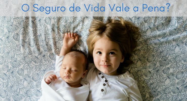 imagem de um bebe e uma criança deitados na cama com a legenda: o seguro de vida vale a pena?