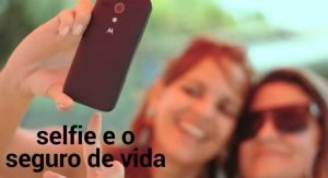 imagem: duas mulheres tirando uma selfie com o celular. escrito: selfie e o seguro de vida