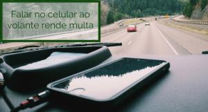 imagem de um celular no carro com a legenda: Falar no celular ao volante