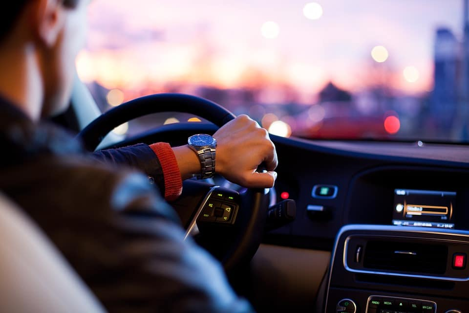 Motorista dirige carro