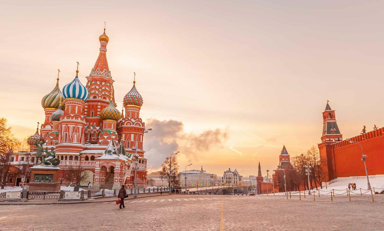 Praça Vermelha com o Kremlin do lado direito e Catedral de São Basílio ao lado esquerdo