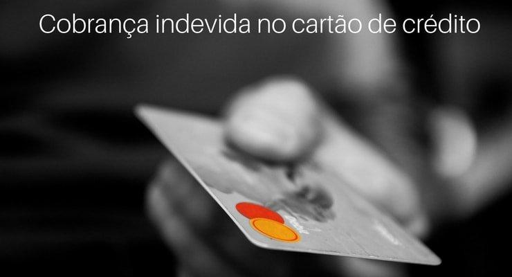 Imagem de cartão de crédito com a legenda: Cobrança indevida no cartão de crédito