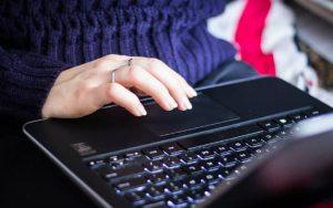 pessoa no computador simulando o cancelamento de Nota Fiscal Eletrônica