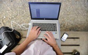 Homem utilizando o computador para fazer a Isenção de impostos para deficientes pela internet