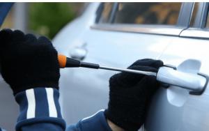 Imagem de veículo sendo furtado para post sobre os carros mais visados para roubo