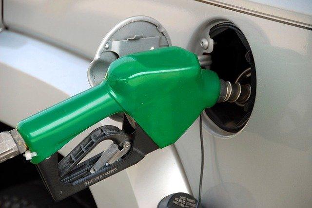 Imagem de uma mangueira de abastecimento para a matéria sobre o combustível adulterado