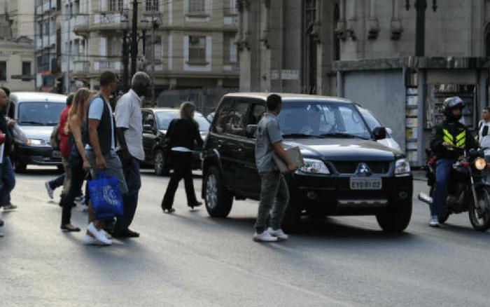 Imagem de pedestres atravessando fora da faixa para ilustração de post sobre multa para pedestres