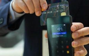 homem utilizando cartão de crédito para ilustrar post sobre como economizar com cartão de crédito