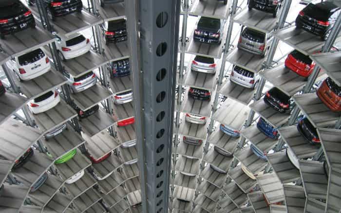imagem com vários carros representando post sobre alibaba máquina gigante de carros