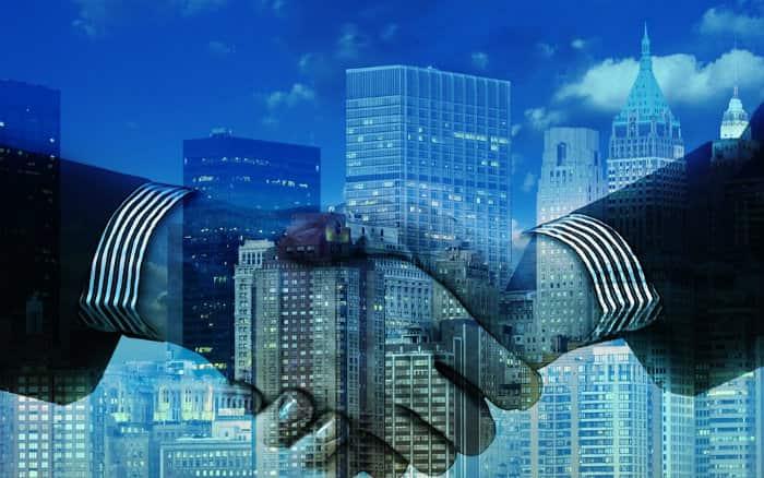 imagem de pessoas fazendo negócios ilustrando post sobre Porto Seguro empresarial