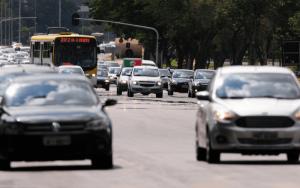 Imagem de carros na pista para ilustrar post sobre documento do carro digital