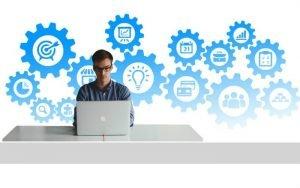 Imagem de homem no computador ilustrando post sobre principais riscos para donos de negócios