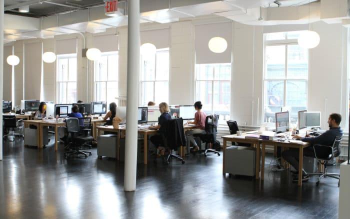 Imagem de pessoas trabalhando em uma empresa representando post sobre seguro patrimonial