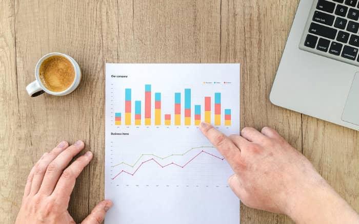 Imagem de pessoa analisando gráficos para ilustrar Guia sobre planejamento financeiro empresarial