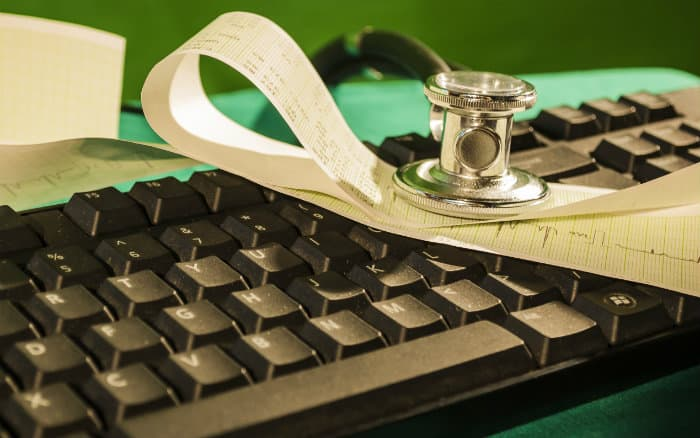 Instrumentos médicos e computador ilustrando ppost sobre fator moderador do plano de saúde