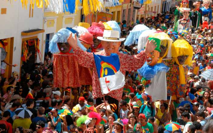 Imagem de festa na rua para ilustrar post sobre como decorar a casa para o carnaval