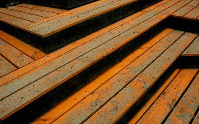 Imagem de piso de madeira para ilustrar post sobre escolher madeira