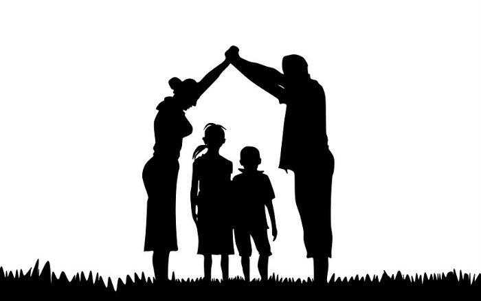 Imagem de família ilustrando texto sobre quem pode ser dependente do plano de saúde empresarial?