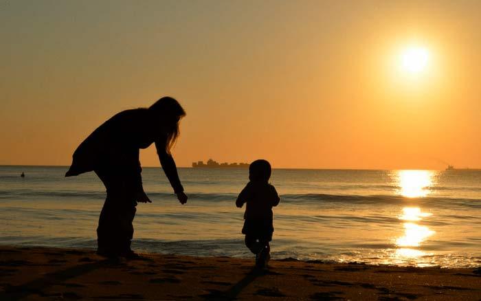 Imagem de mãe e filho para ilustrar post sobre como fazer previdência para os filhos