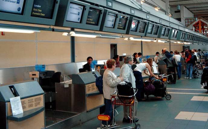 Imagem de uma fila de aeroporto para ilustrar post sobre de check in online obrigatório