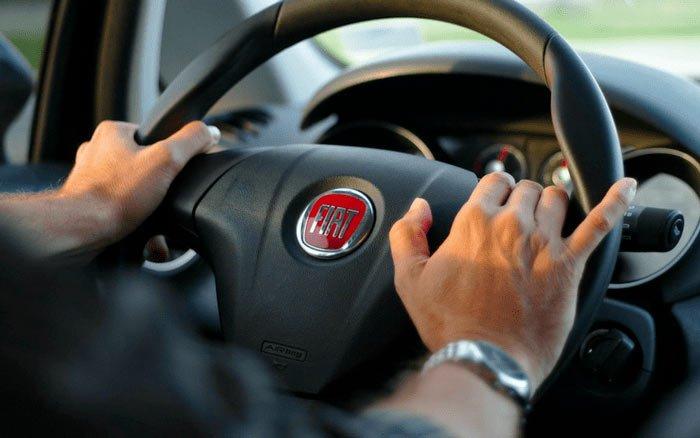 Imagem de mãos ao volante para ilustrar post sobre a indicação de condutor novato