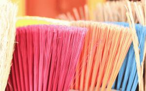 Imagem de vassouras para ilustrar post sobre como eliminar traças