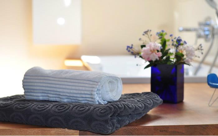 imagem de toalhas de banheiro para post sobre como reformar banheiro pequeno