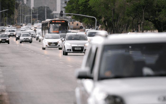 Imagem de trânsito para ilustrar post sobre multas que suspendem a CNH