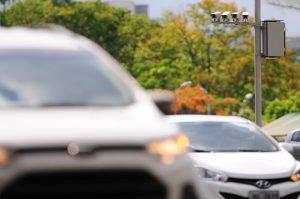Imagem de radar e veículos para ilustrar post sobre recurso de multa