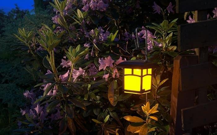 Imagem de uma luminária para ilustrar post sobre iluminação para jardim