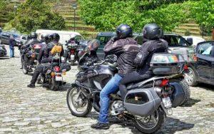 Imagem de motos para ilustrar post sobre Idade mínima para andar de moto na garupa