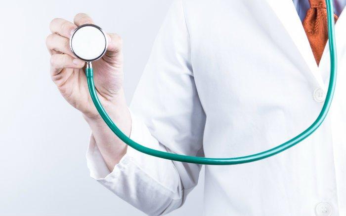 Imagem de médico ilustrando guia sobre preços de planos de saúde
