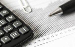 imagem de calculadora ilustrando guia sobre tabela de plano de saúde