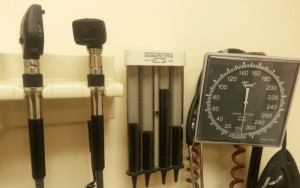 Imagem de aparelhos de medição para ilustrar post sobre plano de saúde empresarial tem carência?